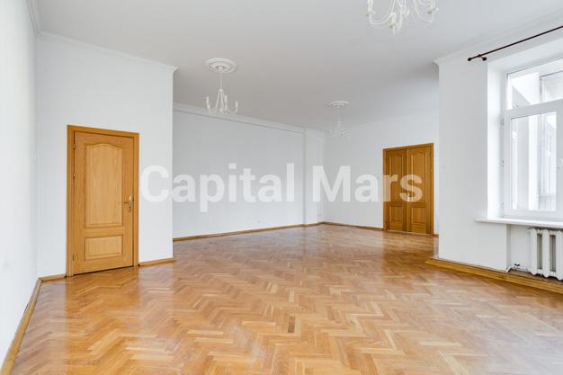 Жилая комната в квартире на ул. Серафимовича, д. 2